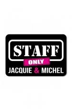 Plaque de porte J&M Staff : Plaque de porte humoristique Jacquie et Michel, en PVC, avec message: Staff only - Jacquie & Michel.