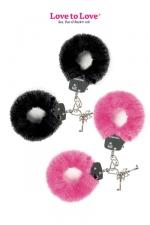 Menottes fourrure Attach me : Paire de menottes en métal recouvertes d'une fausse fourrure colorée, par Love to Love.
